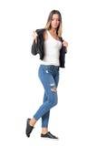 Молодая вскользь девушка при стиль причёсок ombre принимая кожаную куртку Стоковые Изображения RF