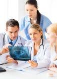 Молодая группа в составе доктора смотря рентгеновский снимок Стоковая Фотография RF