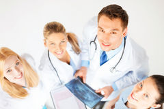 Молодая группа в составе доктора смотря рентгеновский снимок Стоковые Фотографии RF
