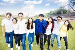 молодая группа в составе студенты идя совместно стоковая фотография rf