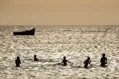 Молодая группа людей имея потеху в океане Стоковое фото RF