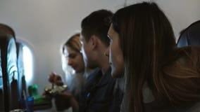 Молодая группа людей путешествуя самолетом совместно Портрет женщины которое имеет страх высот Друзья идя к отключению сток-видео