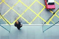 Молодая девушка битника использует телефон клетки Стоковые Фото