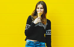 Молодая девушка битника с мороженым Стоковая Фотография RF
