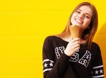 Молодая девушка битника с мороженым Стоковая Фотография