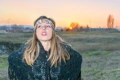 Молодая девушка битника outdoors на заходе солнца стоковые фото