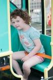 Молодая девушка малыша имея потеху на езде занятности променада Стоковые Фотографии RF