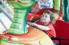 Молодая девушка малыша имея потеху на езде занятности променада Стоковая Фотография