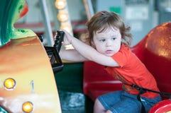 Молодая девушка малыша имея потеху на езде занятности променада Стоковое Изображение RF