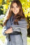 Молодая девушка моды в парке осени стоковая фотография rf