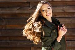 Молодая девушка моды около деревянной стены стоковые изображения rf