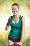 Молодая девушка фитнеса бежать outdoors с аудиоплейером Стоковое Фото