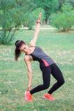 Молодая девушка фитнеса делая уклон работает во время worko тренировки стоковые изображения