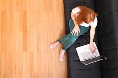 Молодая девушка Redhead с компьтер-книжкой Стоковое Изображение RF