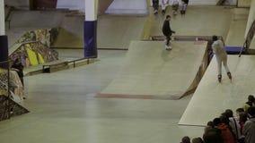 Молодая езда конькобежца ролика на загородке, перекрестных ногах оператор смелости Спорт Конкуренция в skatepark видеоматериал