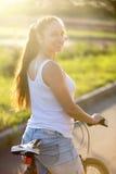 Молодая женская Азиатск-кавказская модель на велосипеде стоковые изображения rf