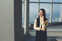 Молодая женская китайская модель ждет начало стрельбы моды Стоковое Изображение