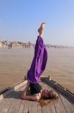 Молодая женская практикуя позиция Sarvangasana йоги Стоковая Фотография RF