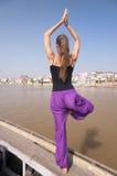 Молодая женская практикуя позиция Vrksasana дерева йоги Стоковое Изображение