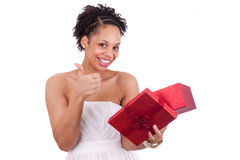 Молодая женщина афроамериканца раскрывая коробку подарка Стоковые Фото
