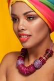 Молодая женщина Афро американская нося тюрбан и ожерелье Стоковые Изображения RF