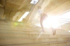 Молодая женщина бежать вверх лестницы Стоковые Изображения RF