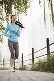 Молодая женщина бежать в парке Стоковое фото RF