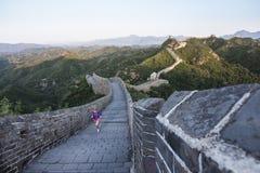 Молодая женщина бежать на китайской Великой Китайской Стене Стоковая Фотография