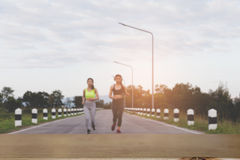 Молодая женщина бежать на парке & x28; image& x29 нерезкости; с выбранным фокусом стоковая фотография rf
