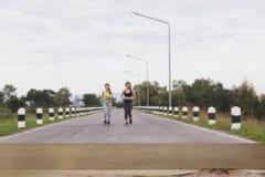 Молодая женщина бежать на парке & x28; image& x29 нерезкости; с выбранным фокусом стоковое фото rf
