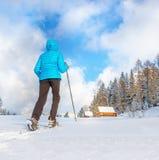 Молодая женщина бежать с snowshoes на ясном снеге стоковые фотографии rf