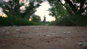 Молодая женщина бежать outdoors на симпатичном солнечном вечере лета сток-видео