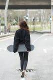 Молодая женщина битника идет на дорогу в улице, lif отрочества стоковое изображение rf