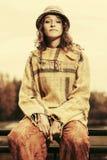 Молодая женщина битника моды сидя на поручне Стоковые Фотографии RF