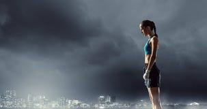 Молодая женщина боксера внешняя Мультимедиа Стоковое Изображение RF