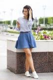 Молодая женщина брюнет вызывая телефоном Стоковое фото RF