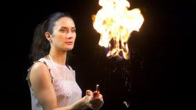 Молодая женщина брюнет держа горящий пузырь мыла сток-видео