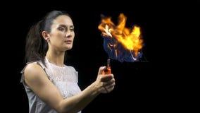 Молодая женщина брюнет делая горящий пузырь мыла сток-видео