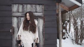 Молодая женщина брюнет нося связанный свитер готовя деревянный дом видеоматериал
