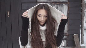 Молодая женщина брюнет нося связанный свитер готовя деревянный дом акции видеоматериалы