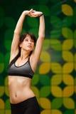 Молодая женщина брюнет подготавливая для тренировки в спортзале стоковые изображения rf