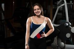 Молодая женщина брюнет представляя в спортзале Стоковая Фотография