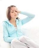 Молодая женщина брюнет страдая от головной боли Стоковое Фото