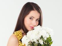 Молодая женщина брюнет с букетом белых хризантем Стоковая Фотография RF