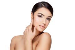 Молодая женщина брюнет с красивой чистой кожей Стоковые Изображения RF