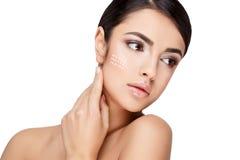 Молодая женщина брюнет с красивой чистой кожей Стоковое Изображение