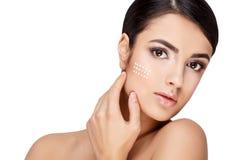 Молодая женщина брюнет с красивой чистой кожей Стоковая Фотография RF