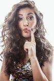 Молодая женщина брюнет с курчавым стилем причёсок в причудливом платье glamur изолированном на белый показывать предпосылки эмоци Стоковое Фото