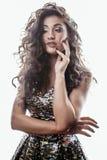 Молодая женщина брюнет с курчавым стилем причёсок в причудливом платье glamur изолированном на белый показывать предпосылки эмоци Стоковые Фото