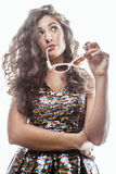 Молодая женщина брюнет с курчавым стилем причёсок в причудливом платье glamur изолированном на белый показывать предпосылки эмоци Стоковая Фотография RF